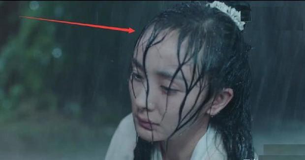 Thử thách nhan sắc dưới mưa của dàn sao Cbiz: Người đẹp đến nao lòng, kẻ nhếch nhác với mái tóc phản chủ - Ảnh 12.