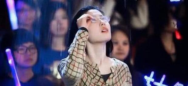 Thử thách nhan sắc dưới mưa của dàn sao Cbiz: Người đẹp đến nao lòng, kẻ nhếch nhác với mái tóc phản chủ - Ảnh 5.