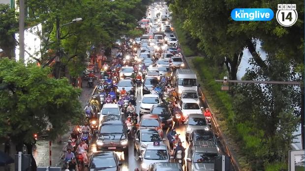 Clip: Giao thông khu vực trung tâm Thủ đô tắc nghẽn cục bộ sau trận mưa lớn - Ảnh 5.