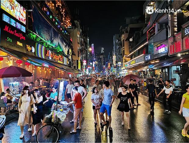 Sài Gòn nắng mưa thất thường, đêm xuống biết đi đâu chơi? - Ảnh 20.
