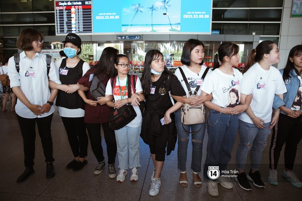 Mỹ nhân Chiếc lá bay Baifern đẹp cực phẩm, diện áo trễ nải khoe vai gầy gợi cảm giữa đám đông fan Việt tại sân bay Tân Sơn Nhất - Ảnh 15.