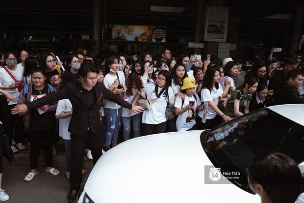 Mỹ nhân Chiếc lá bay Baifern đẹp cực phẩm, diện áo trễ nải khoe vai gầy gợi cảm giữa đám đông fan Việt tại sân bay Tân Sơn Nhất - Ảnh 12.