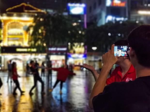 Sài Gòn nắng mưa thất thường, đêm xuống biết đi đâu chơi? - Ảnh 14.
