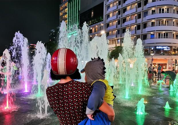 Sài Gòn nắng mưa thất thường, đêm xuống biết đi đâu chơi? - Ảnh 13.