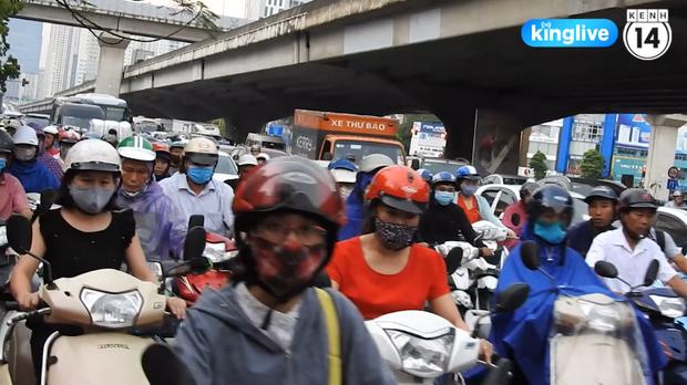 Clip: Giao thông khu vực trung tâm Thủ đô tắc nghẽn cục bộ sau trận mưa lớn - Ảnh 4.