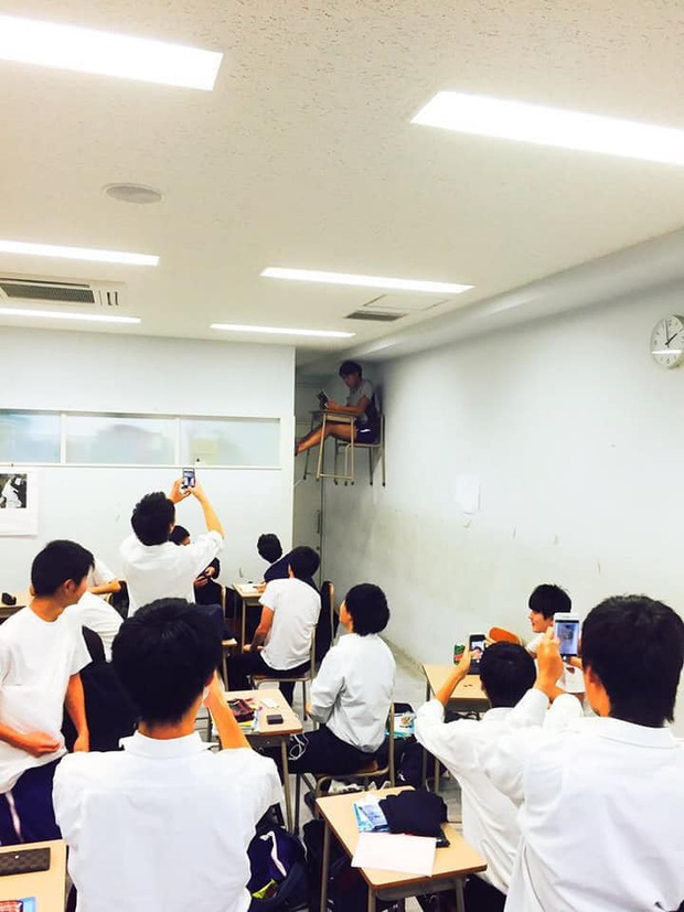 Bị phạt ngồi riêng vì nói chuyện quá nhiều trong lớp, nhưng cách cậu bạn này chịu phạt mới là điều khiến nhiều người khó hiểu - Ảnh 1.
