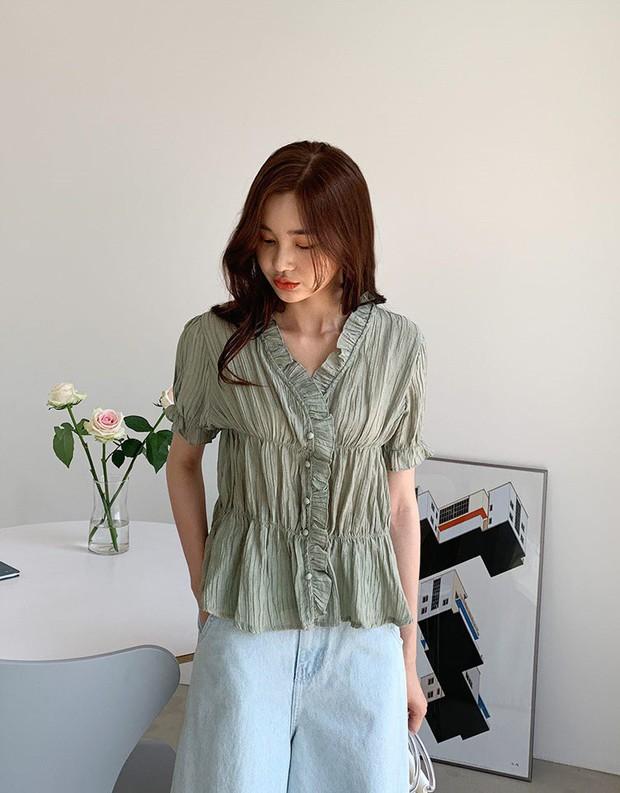 """4 mẫu áo blouse chống chỉ định chị em diện đi làm bởi kiểu thì hở hang quá, kiểu thì """"bô nhếch"""" kém sang - Ảnh 1."""