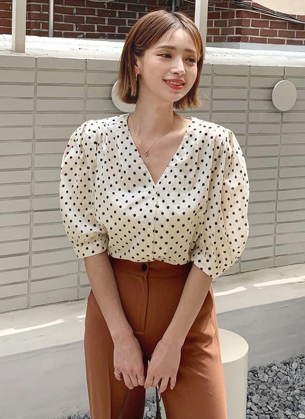 """4 mẫu áo blouse chống chỉ định chị em diện đi làm bởi kiểu thì hở hang quá, kiểu thì """"bô nhếch"""" kém sang - Ảnh 11."""