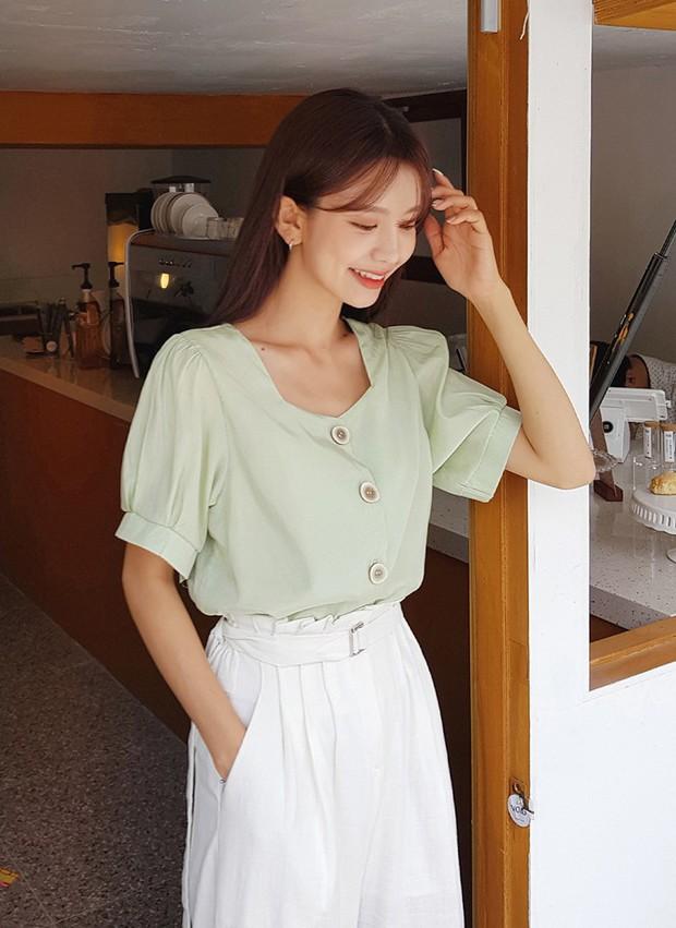 """4 mẫu áo blouse chống chỉ định chị em diện đi làm bởi kiểu thì hở hang quá, kiểu thì """"bô nhếch"""" kém sang - Ảnh 3."""