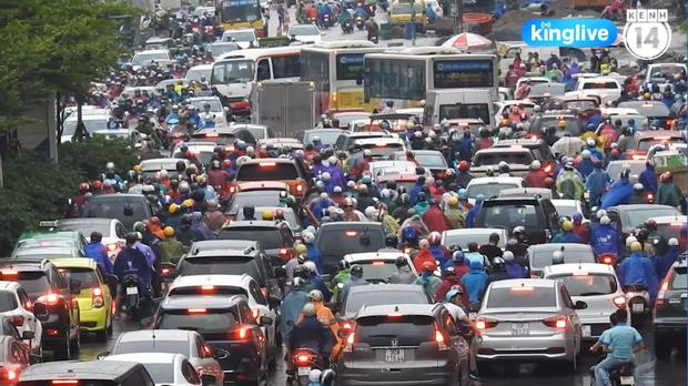 Clip: Giao thông khu vực trung tâm Thủ đô tắc nghẽn cục bộ sau trận mưa lớn - Ảnh 2.