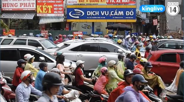 Clip: Giao thông khu vực trung tâm Thủ đô tắc nghẽn cục bộ sau trận mưa lớn - Ảnh 3.