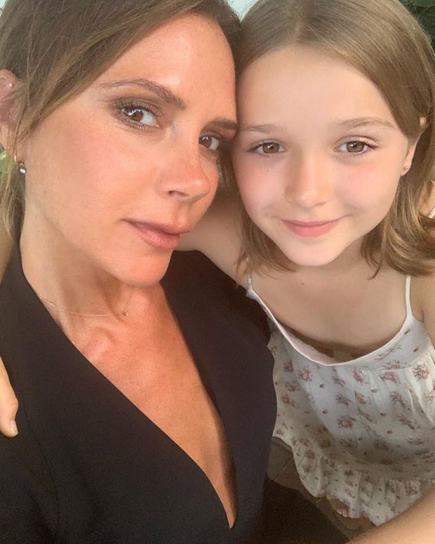 Chụp selfie bên mẹ Victoria Beckham, Harper xinh xắn đến nỗi fan đồng loạt thốt lên: Mỹ nhân tương lai đây rồi! - Ảnh 1.