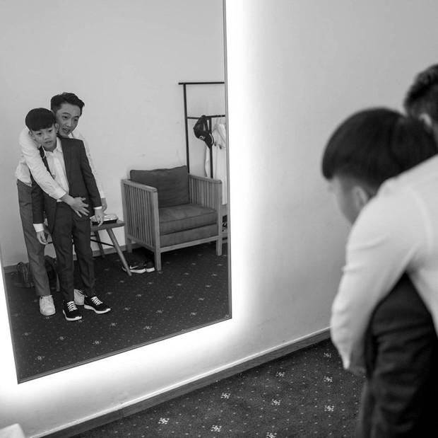 Tan chảy trước khoảnh khắc Cường Đô La cột dây giày cho con trai Subeo trong hôn lễ của mình cùng Đàm Thu Trang - Ảnh 2.
