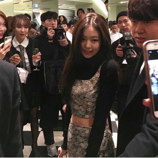 Những biểu cảm đắt giá của team qua đường trước nhan sắc idol Hàn: Jennie quá hot nhưng không gây sốc bằng Irene - Ảnh 7.