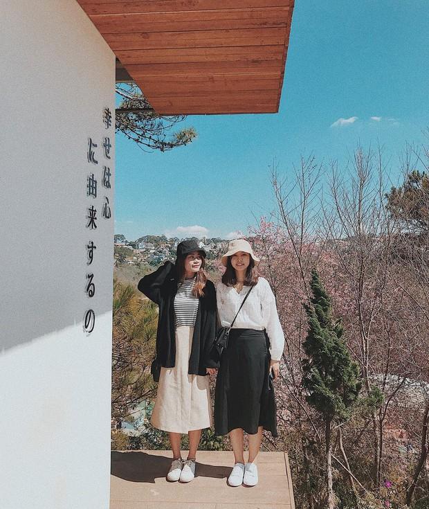 """Lên Đà Lạt làm bạn với cá Koi, Kỳ Duyên và Minh Triệu khiến fan """"ngất lịm"""" trước quán cafe style Nhật cực hot này! - Ảnh 3."""