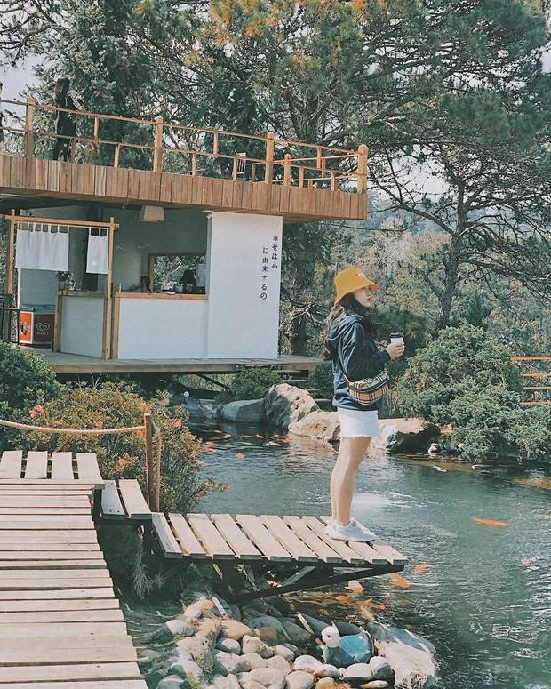 """Lên Đà Lạt làm bạn với cá Koi, Kỳ Duyên và Minh Triệu khiến fan """"ngất lịm"""" trước quán cafe style Nhật cực hot này! - Ảnh 10."""