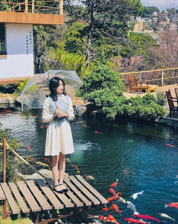 """Lên Đà Lạt làm bạn với cá Koi, Kỳ Duyên và Minh Triệu khiến fan """"ngất lịm"""" trước quán cafe style Nhật cực hot này! - Ảnh 2."""