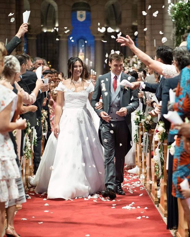 Cô gái gốc Việt kết hôn với cháu trai Công nương Grace Kelly: Cô dâu Hoàng gia diện 3 bộ váy cưới đơn giản nhất từ trước đến giờ - Ảnh 2.