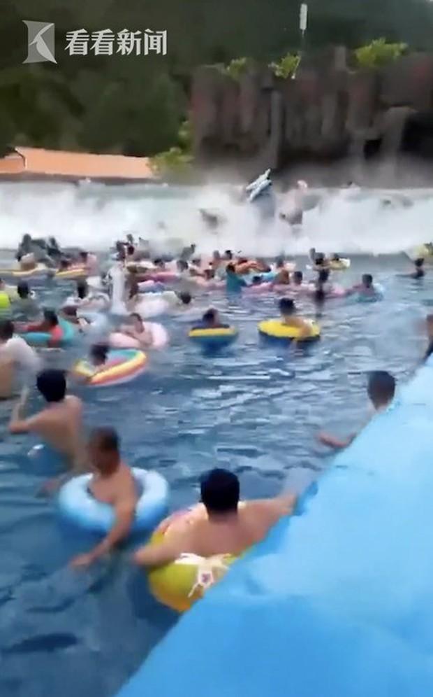 Bãi biển nhân tạo trong công viên nước bất ngờ gặp sóng thần khiến 44 người bị thương, khu vui chơi bị đình chỉ kinh doanh - Ảnh 1.