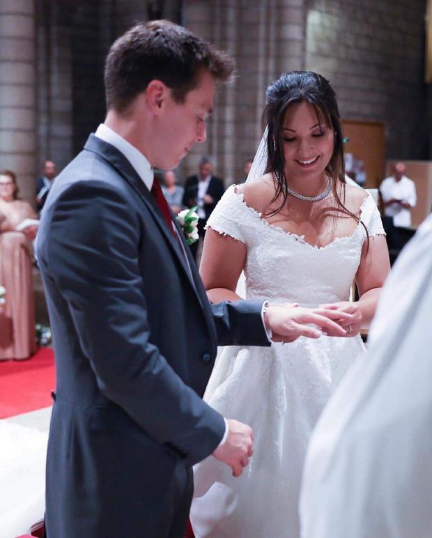 Cô gái gốc Việt kết hôn với cháu trai Công nương Grace Kelly: Cô dâu Hoàng gia diện 3 bộ váy cưới đơn giản nhất từ trước đến giờ - Ảnh 3.