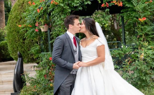 Cô gái gốc Việt kết hôn với cháu trai Công nương Grace Kelly: Cô dâu Hoàng gia diện 3 bộ váy cưới đơn giản nhất từ trước đến giờ - Ảnh 4.