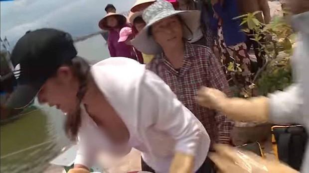 """Hoàng Hạnh (Cuộc đua kỳ thú) bị soi mải mê thực hiện thử thách tới mức """"lộ hàng"""" trên sóng truyền hình - Ảnh 1."""