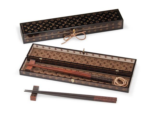 Hội con nhà giàu có khác: đũa cũng phải xài của Versace, thìa phải là LV và còn cả dàn bếp D&G giá bạc triệu - Ảnh 2.