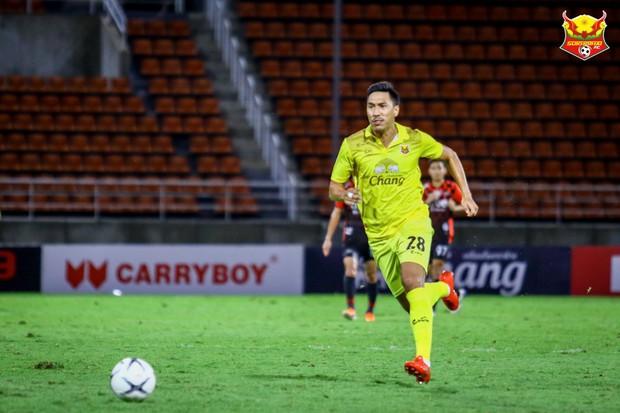 Cầu thủ Thái Lan có hành động vô cùng phản cảm, khiến cộng đồng mạng phẫn nộ - Ảnh 3.