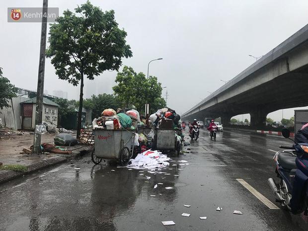 Gần 4 ngày dân chặn xe chở rác ở Sóc Sơn, nhiều nơi ở trung tâm Hà Nội ngập ngụa rác thải, bốc mùi hôi thối - Ảnh 7.