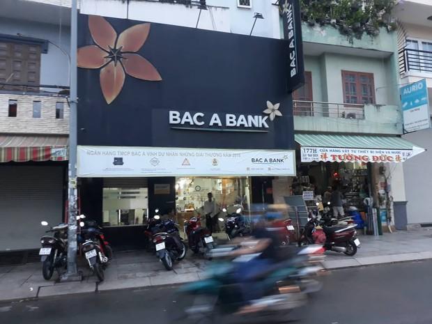 Nghi án thanh niên cầm vật giống súng xông vào ngân hàng ở Sài Gòn rồi bỏ chạy - Ảnh 1.