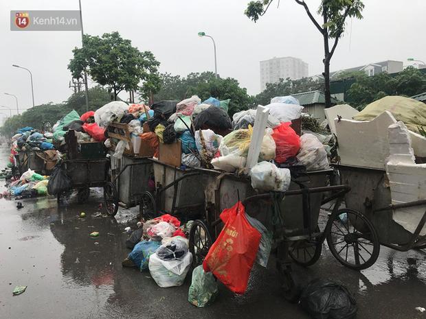 Gần 4 ngày dân chặn xe chở rác ở Sóc Sơn, nhiều nơi ở trung tâm Hà Nội ngập ngụa rác thải, bốc mùi hôi thối - Ảnh 4.