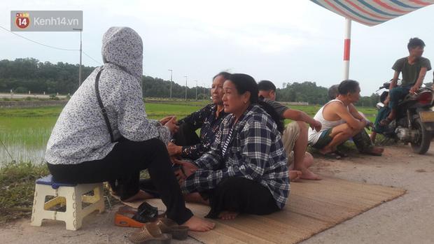 Gần 4 ngày dân chặn xe chở rác ở Sóc Sơn, nhiều nơi ở trung tâm Hà Nội ngập ngụa rác thải, bốc mùi hôi thối - Ảnh 2.