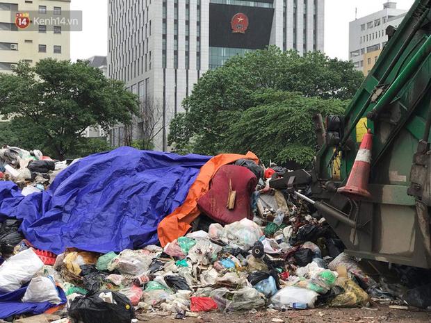 Gần 4 ngày dân chặn xe chở rác ở Sóc Sơn, nhiều nơi ở trung tâm Hà Nội ngập ngụa rác thải, bốc mùi hôi thối - Ảnh 6.