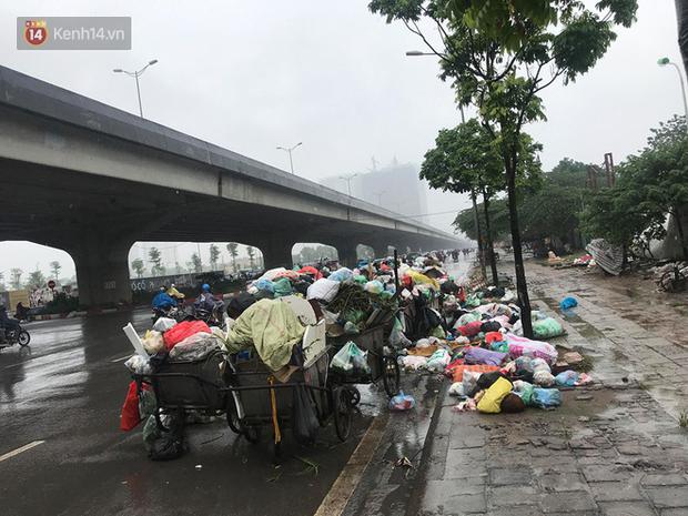 Gần 4 ngày dân chặn xe chở rác ở Sóc Sơn, nhiều nơi ở trung tâm Hà Nội ngập ngụa rác thải, bốc mùi hôi thối - Ảnh 3.