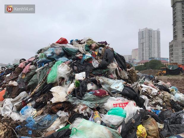 Gần 4 ngày dân chặn xe chở rác ở Sóc Sơn, nhiều nơi ở trung tâm Hà Nội ngập ngụa rác thải, bốc mùi hôi thối - Ảnh 5.