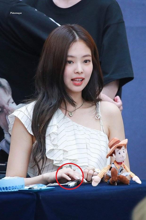 Mất công làm điệu nhưng lại vụng về như Jennie: ký tặng fan rồi vô tình tặng luôn cả móng tay giả - Ảnh 2.