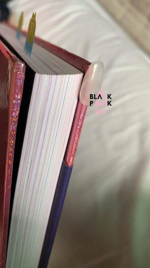 Mất công làm điệu nhưng lại vụng về như Jennie: ký tặng fan rồi vô tình tặng luôn cả móng tay giả - Ảnh 6.