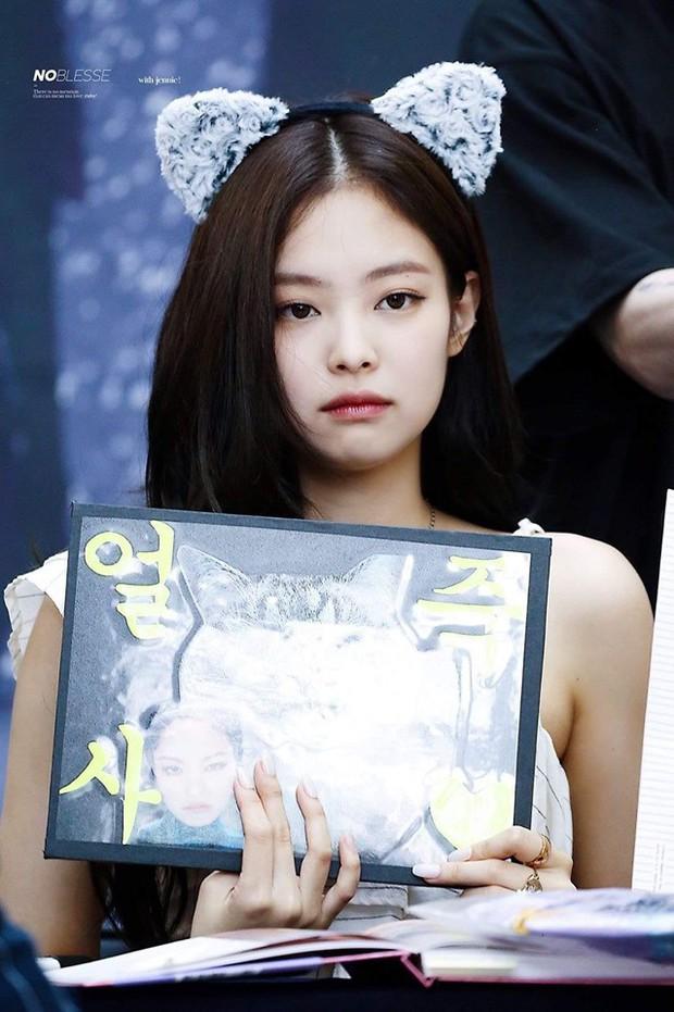 Mất công làm điệu nhưng lại vụng về như Jennie: ký tặng fan rồi vô tình tặng luôn cả móng tay giả - Ảnh 5.