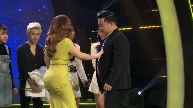 Minh Tuyết diện trang phục khoe 3 vòng gợi cảm khi làm Huấn luyện viên - Ảnh 4.