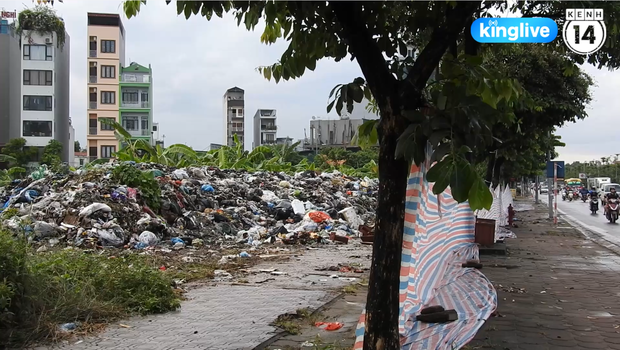 Clip: Nhiều khu vực trung tâm Hà Nội bốc mùi hôi nồng nặc sau 4 ngày dân chặn xe vào bãi rác Nam Sơn - Ảnh 3.