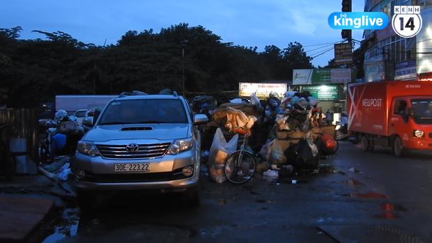 Clip: Nhiều khu vực trung tâm Hà Nội bốc mùi hôi nồng nặc sau 4 ngày dân chặn xe vào bãi rác Nam Sơn - Ảnh 5.