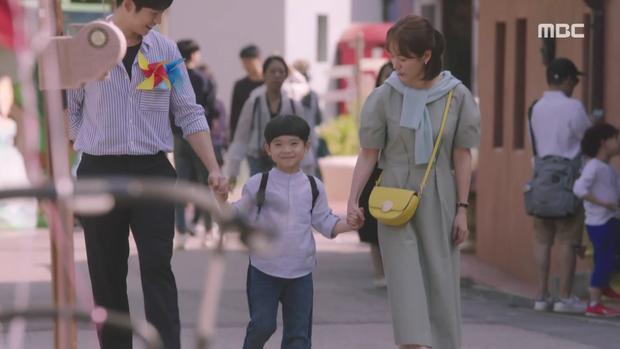 Hậu dằn mặt tình cũ, Han Ji Min chớp thời cơ cầu hôn luôn phi công Jung Hae In trong Đêm Xuân tập 13 - Ảnh 1.