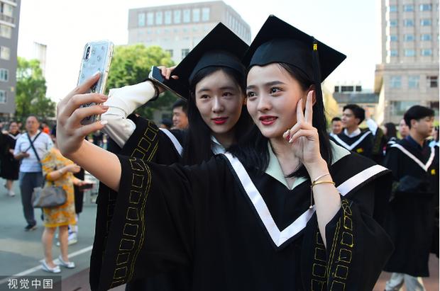 Phát sốt lễ tốt nghiệp lò đào tạo minh tinh nổi tiếng Trung Quốc: Hoa mắt toàn soái ca, mỹ nhân Cbiz được xin info - Ảnh 2.