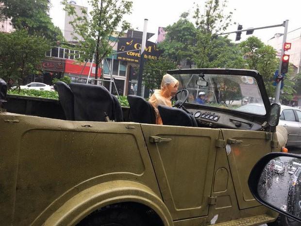 Lái ô tô mui trần nhưng lại quên xem dự báo thời tiết, giải pháp của người đàn ông khiến dân mạng phì cười - Ảnh 1.