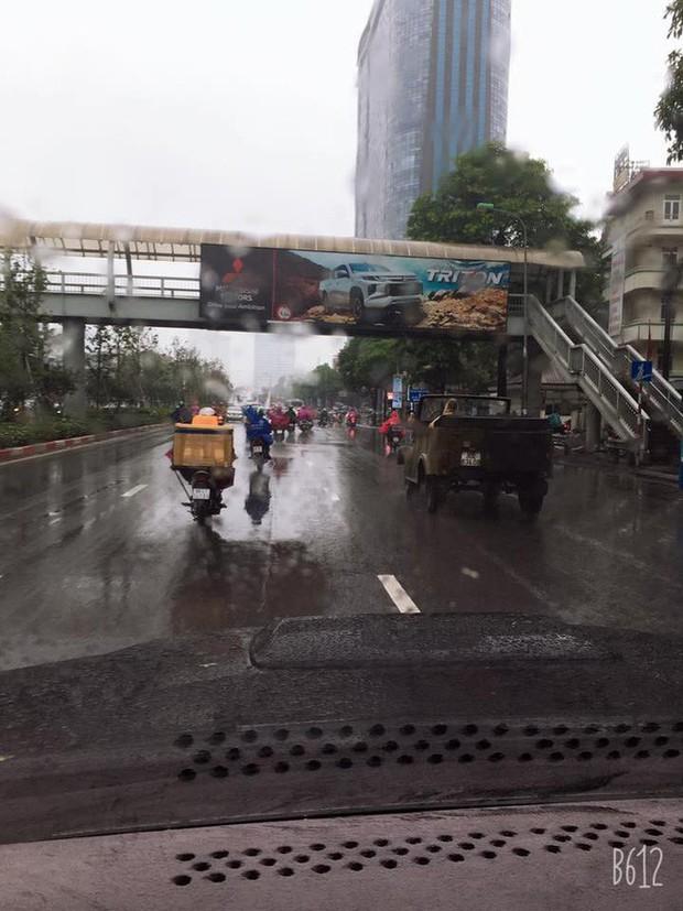 Lái ô tô mui trần nhưng lại quên xem dự báo thời tiết, giải pháp của người đàn ông khiến dân mạng phì cười - Ảnh 3.