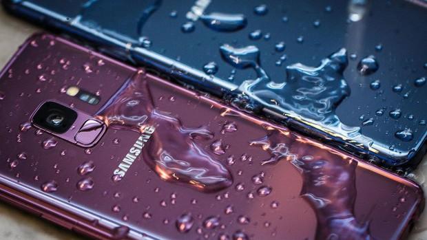 Samsung bị tố quảng cáo sai sự thật về khả năng chống nước trên các mẫu từ Galaxy S6 đến nay - Ảnh 1.