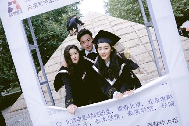 Phát sốt lễ tốt nghiệp lò đào tạo minh tinh nổi tiếng Trung Quốc: Hoa mắt toàn soái ca, mỹ nhân Cbiz được xin info - Ảnh 12.