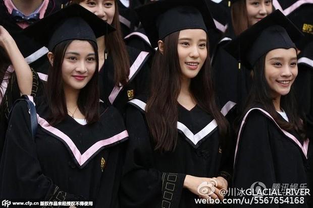 Phát sốt lễ tốt nghiệp lò đào tạo minh tinh nổi tiếng Trung Quốc: Hoa mắt toàn soái ca, mỹ nhân Cbiz được xin info - Ảnh 3.