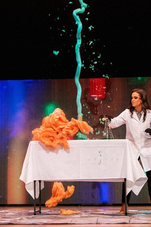 Dược sĩ 24 tuổi giành danh hiệu hoa hậu Virginia nhờ thực hiện thí nghiệm hóa học trong phần thi tài năng - Ảnh 3.