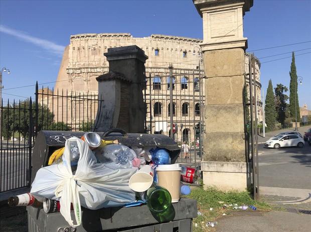 Không thể tin nổi ở Rome: Rác ngập phố, bốc cháy dưới nắng - Ảnh 4.